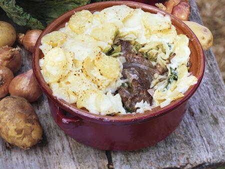 Gratin mit Fleisch, Kohl und Kartoffelhaube
