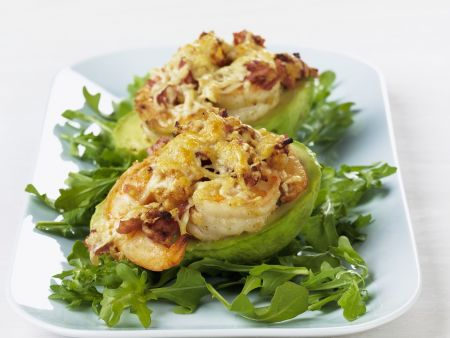 Gratinierte Käse-Shrimps in Avocado auf Rucolabett