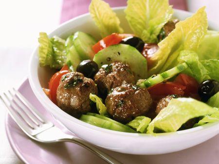 Griechischer Salat mit Fleischbällchen