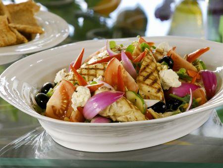 Griechischer Salat mit gegrilltem Hähnchen