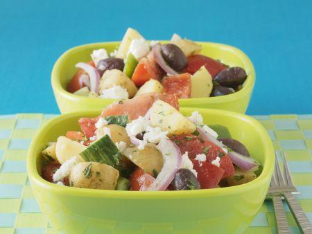 Griechischer Salat mit jungen Kartoffeln