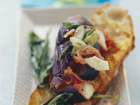 Grill-Aubergine mit Mozzarella und Salami