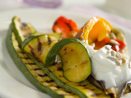 Grillgemüse mit Joghurtdip und Sonnenblumenkernen