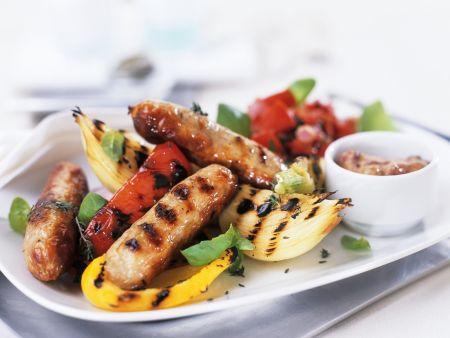 Grillteller mit Würstchen und Gemüse