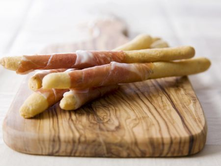 Rezept: Grissini mit Parmaschinkenmantel