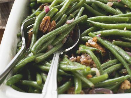 Grüne Bohenen und Bacon und Pekannüssen