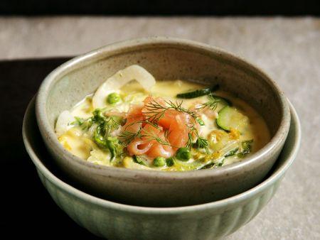 Grüne Gemüsesuppe mit Lachs