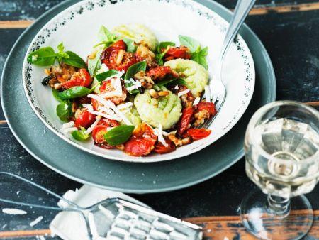 Grüne Gnocchi mit gebackenen Tomaten