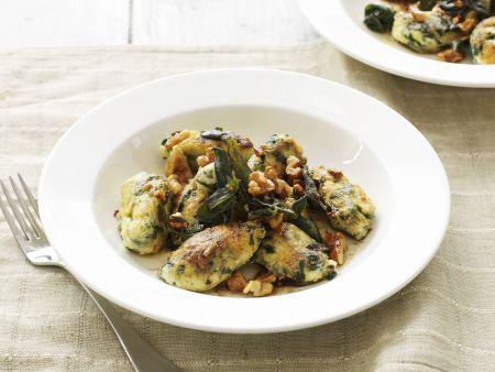 Grüne Gnocchi mit Salbei-Butter und Walnusskernen