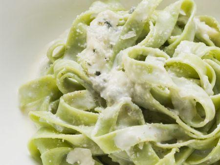 Grüne Pasta mit Blauschimmelkäse
