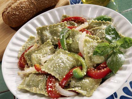 Grüne Ravioli mit Paprika und Käse