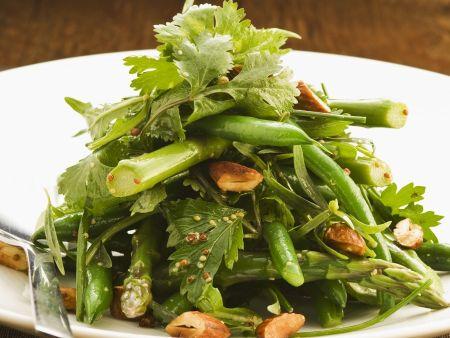 Grüner Gemüse-Mandel-Salat aus Bohnen und Spargel