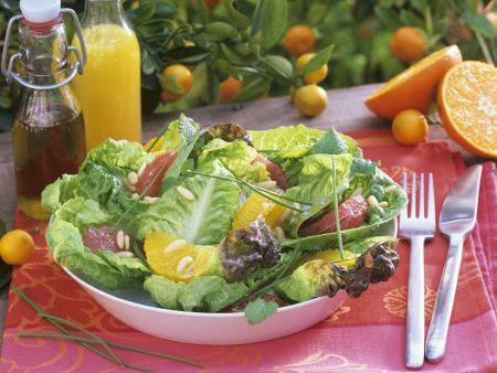 Grüner Salat mit Grapefruit- und Orangenfilets