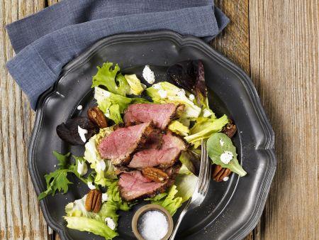 Grüner Salat mit Pekannüssen und Roastbeef