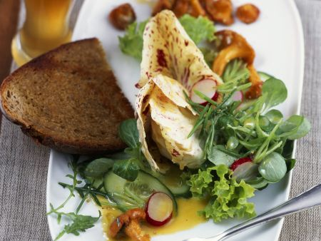 gr ner salat mit pfifferlingen und wei bier vinaigrette rezept eat smarter. Black Bedroom Furniture Sets. Home Design Ideas