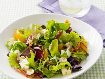 Grüner Salat mit Pfirsich, Schinken und Schafskäse