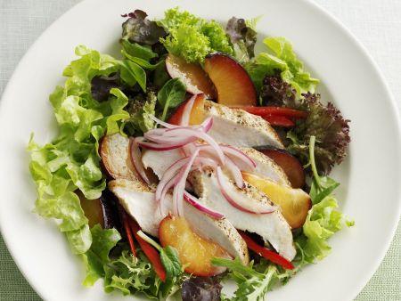 Grüner Salat mit Pflaumen und Hähnchenbrust