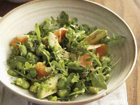 Grüner Salat mit Saubohnen, Avocado und Lachs