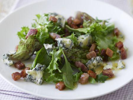 Grüner Salat mit Schinken und Blauschimmelkäse