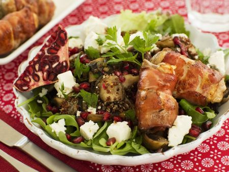Grüner Salat Speckrouladen, Ziegenfrischkäse und Granatapfel