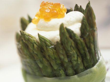 Grüner Spargel mit weißer Mousse und Kaviar