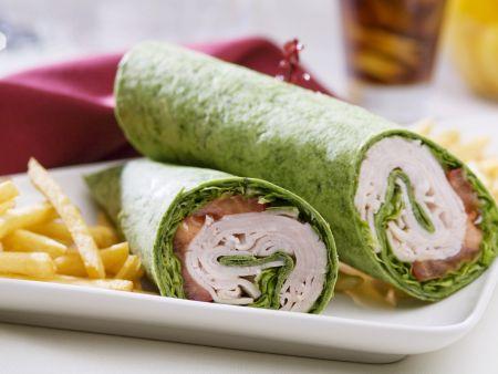 Grünes Wrap mit Putenschinken, Tomate und Salat