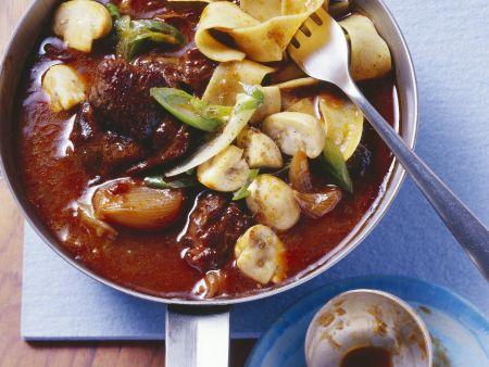 Gulasch mit Rotwein, Schalotten und Pilzen