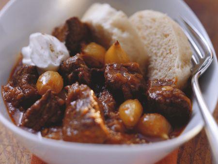 Gulasch mit Silberzwiebeln und Creme frâiche