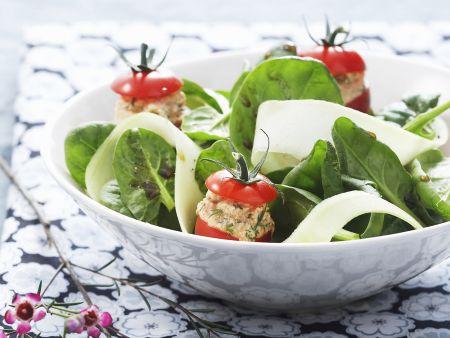 Gurken-Spinat-Salat und Tomaten mit Füllung