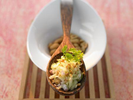 Gurkensalat auf thailändische Art mit Erdnüssen