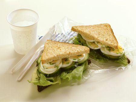 Gurkensandwich mit Ei
