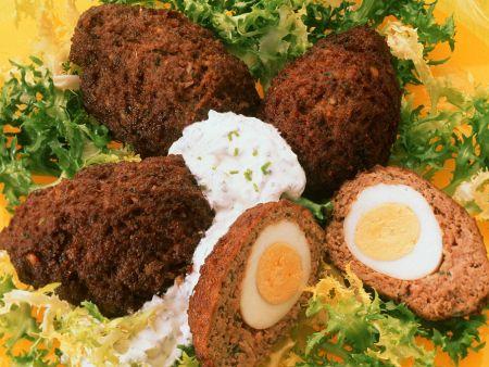 Hackbällchen mit Eiern gefüllt