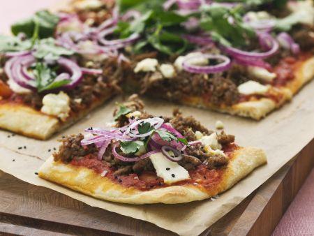Hackfleisch-Pizza mit Zwiebeln, Sesam und Käse