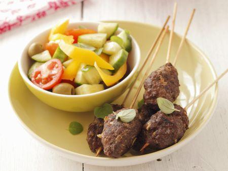 Hackfleischbällchen am Spieß mit Salat