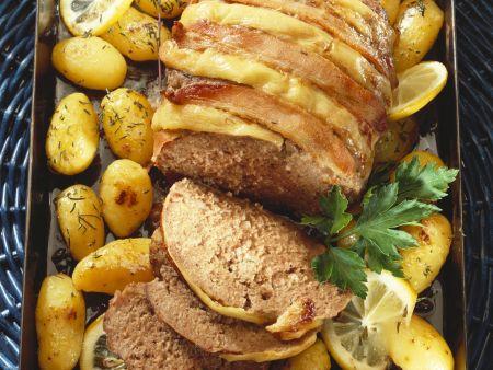 Hackfleischbraten im Baconmantel mit Kartoffeln