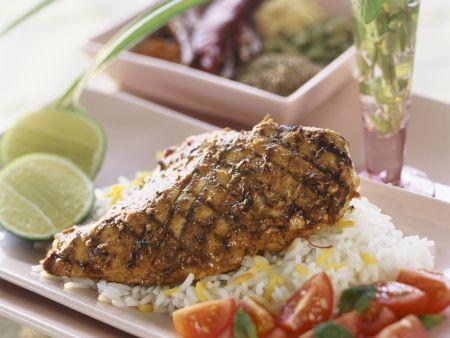 Hähnchen auf Tandoori-Art mit Reis und Tomatensalat