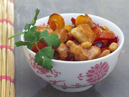 Hähnchen aus dem Wok mit Paprika und Erdnüssen