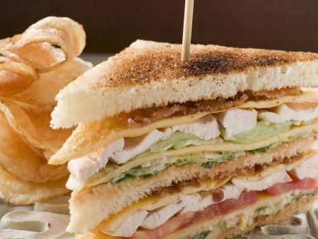 Hähnchen-Clubsandwich mit Chips