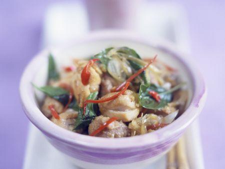 Hähnchen mit Chili und Basilikum auf Thai-Art