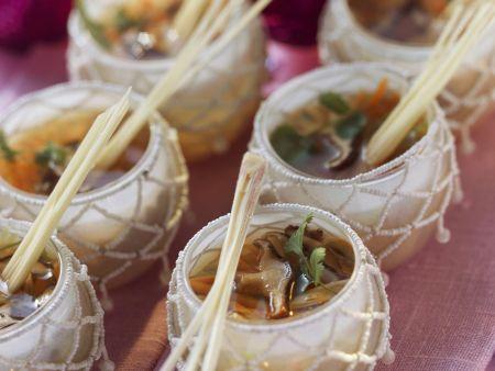 Hähnchen-Zitronengras-Suppe mit Shiitake