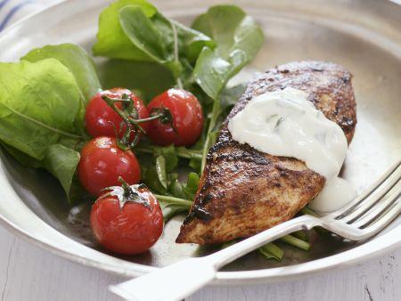 Hähnchenbrust vom Grill mit Salat und Joghurt-Gurken-Dip