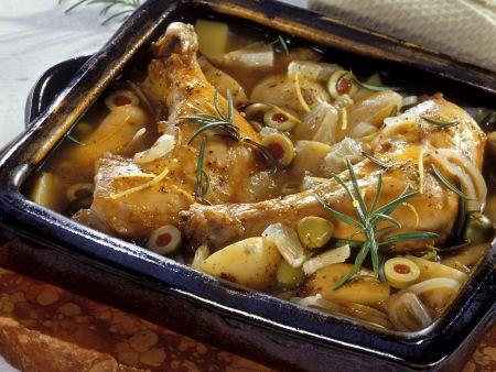 Hähnchenkeulen, eingebettet in Kartoffeln und Oliven