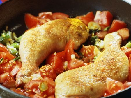 Hähnchenschenkel auf Tomatengemüse