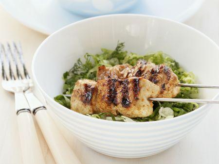Hähnchenspieß vom Grill auf Salat