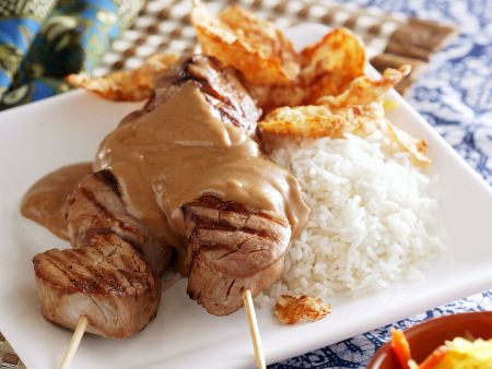 Hähnchenspieße auf asiatische Art (Sate) mit Erdnusssoße