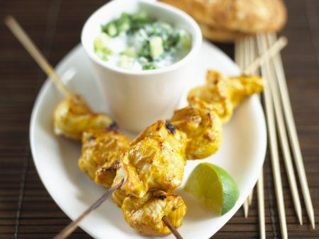 Hähnchenspieße auf indische Art mit Gurkenjoghurt