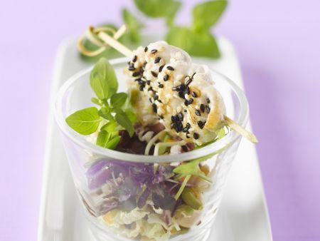 Hähnchenspieße mit Sesam und Blattsalat