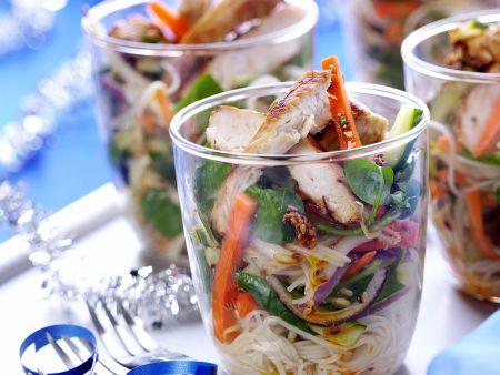 Hähnchenstreifen mit Gemüse und Nudelsalat