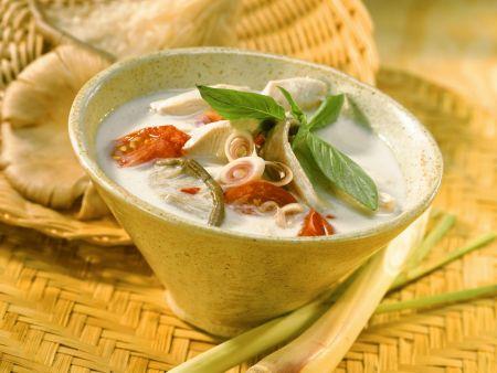 Hähnchensuppe mit Zitronengras und Pilzen auf Thai-Art