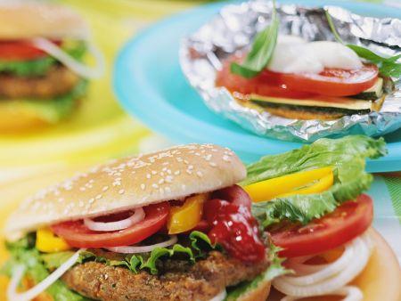 Hamburger und Gemüsepäckchen vom Grill